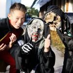 Tre killar på Halloweenfest på Guteskolan.